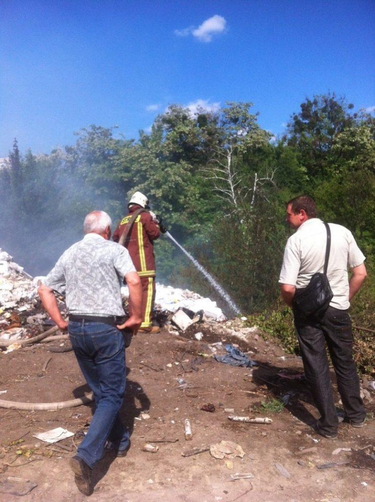 На території Автопарку ліквідують загоряння сміттєзвалища